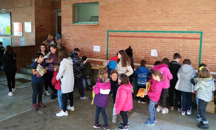LIBROS. Un momento del rastrillo del Colegio Monte Oroel. (FOTO: CEIP Monte Oroel)