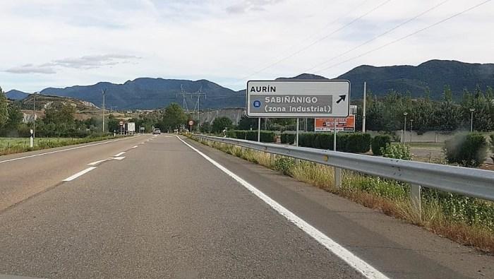 PASO PEATONAL. Actual acceso a Aurín, desde la N-330. (FOTO: Rebeca Ruiz)