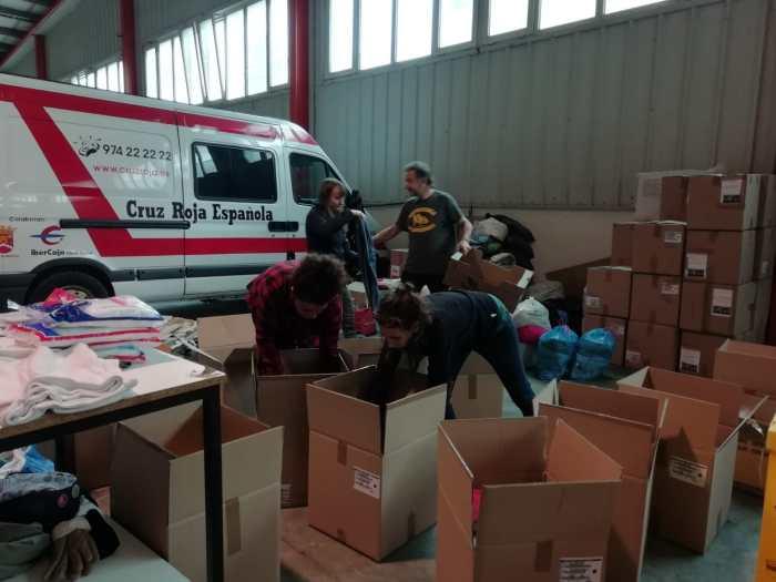 REFUGIADOS. Voluntarios de la plataforma preparan el envío.