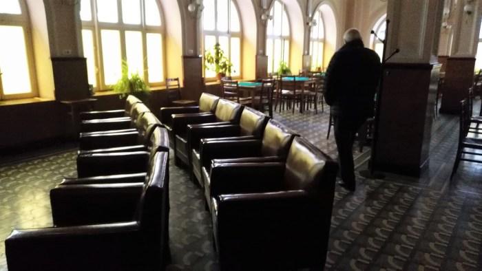 SIN LUZ. El Casino Unión Jaquesa, uno de los establecimientos afectados por la avería.