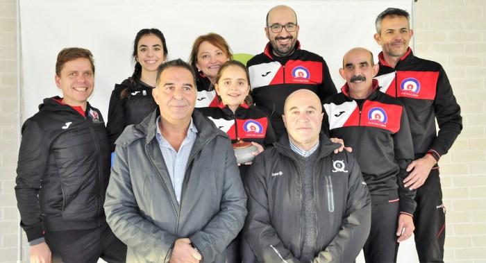 TORNEO CIUDAD DE JACA. Miembros del Curling Club Hielo Jaca, junto al presidente, Antonio Betrán, y al concejal de Deportes, Domingo Poveda. (FOTO: CHJ)