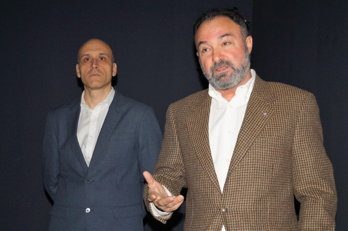 PEQUEVISITAS. El Coronel Rubio, junto a Luis Francisco Casado, durante la presentación. (FOTO: Rebeca Ruiz)