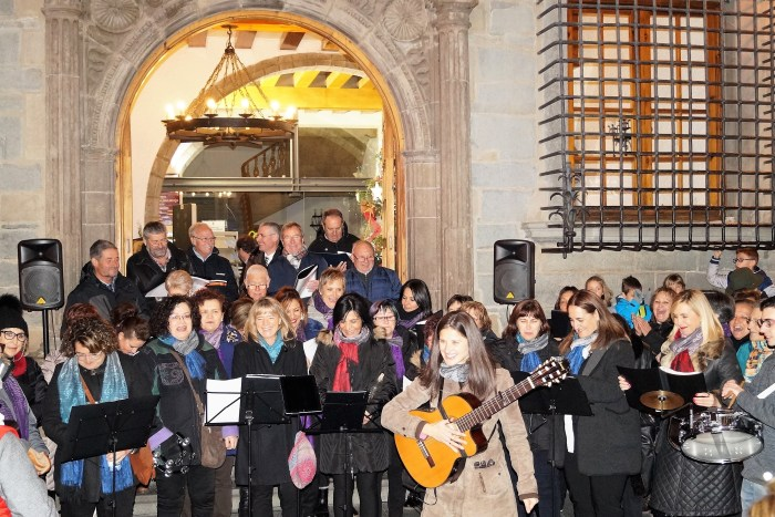 NAVIDAD. Un momento del recital de villancicos en la puerta del Ayuntamiento. (FOTO: Rebeca Ruiz)