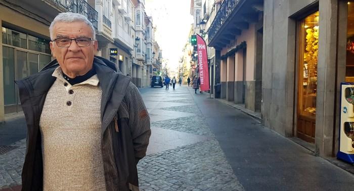 MIGUEL RAMÓN HENARES. El fotógrafo, en la Calle Mayor de Jaca. (FOTO: Rebeca Ruiz)