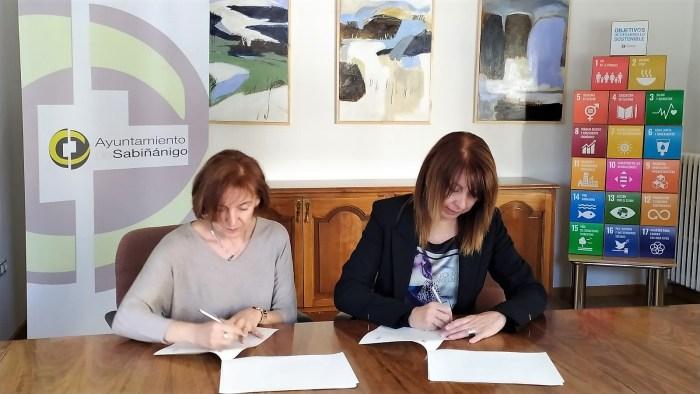 FIRMA. Berta Fernández y Susana Ara, firmando el convenio de perros abandonados.