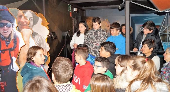 EXPOSICIÓN. Primera visita de escolares de Sabiñánigo. (FOTO: Rebeca Ruiz)