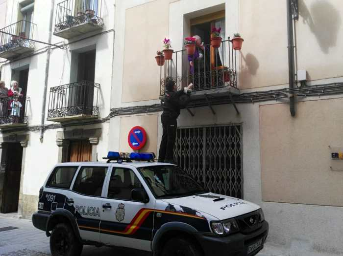 POLICÍA NACIONAL. El policía, sobre su coche, le entrega los pasteles a Toñi.