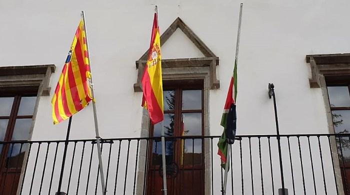 LUTO OFICIAL. La bandera de Biescas, a media asta desde ayer en señal de luto.