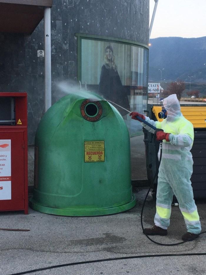 DESINFECCIÓN. Limpieza de contenedores en Jaca. (FOTO: Ayuntamiento de Jaca)