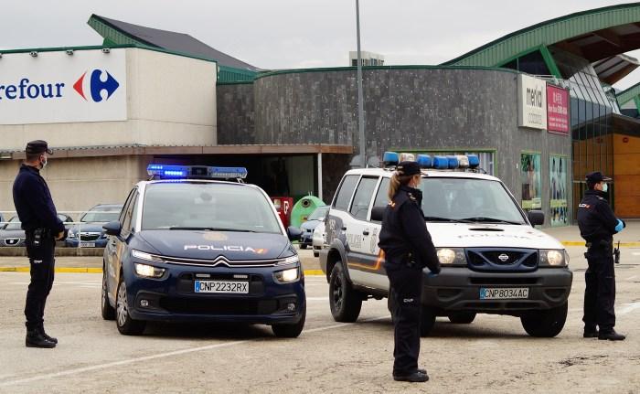 CONTROLES. Control de la Policía Nacional en Jaca durante el Estado de Alarma. (FOTO: Rebeca Ruiz)