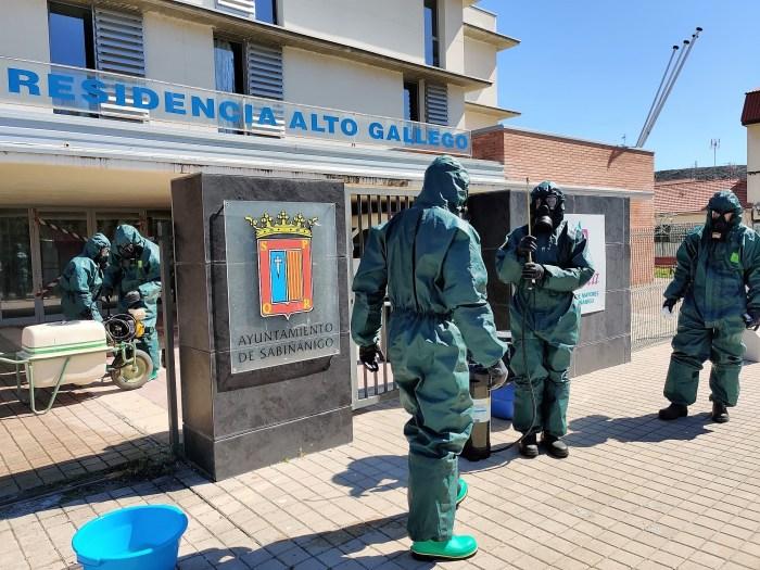 DESINFECCIÓN. Un equipo del Galicia 64, desinfectando la Residencia Alto Gállego. (FOTO: RICZM Galicia 64)