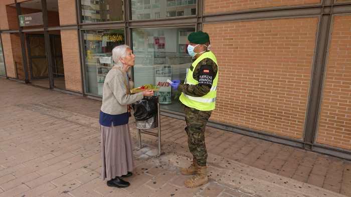EL REGALO DE JULIA. Momento en el que Julia entrega su agradecimiento a un militar del Galicia 64.