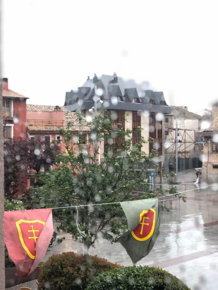 ORGULLO JAQUÉS. Lienzos con el emblema del Primer Viernes de Mayo en las calles y balcones de Jaca. (FOTO: Ana López Artillo)