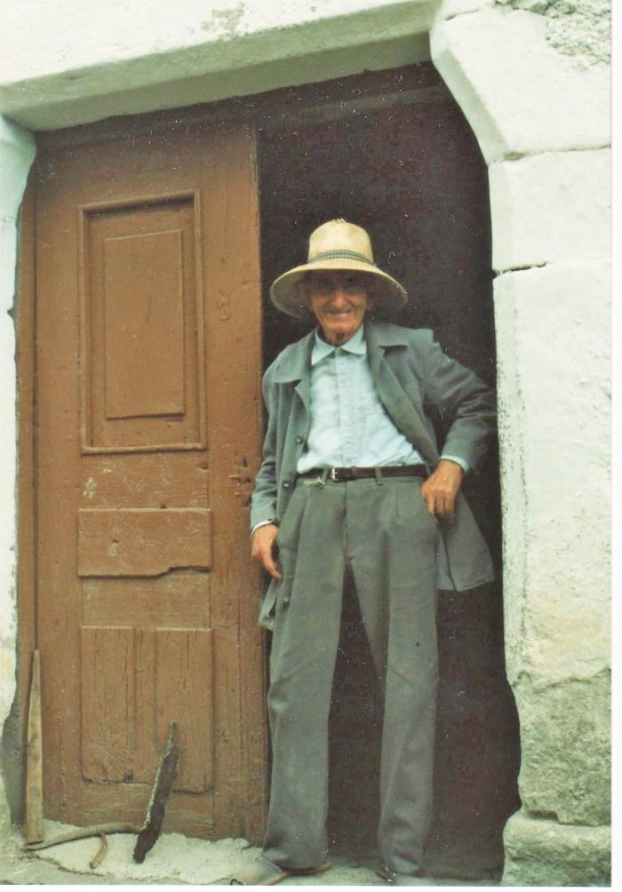 LIBRO. Ángel Larraz, autor de Como yera de costumbre, en Pardinilla.