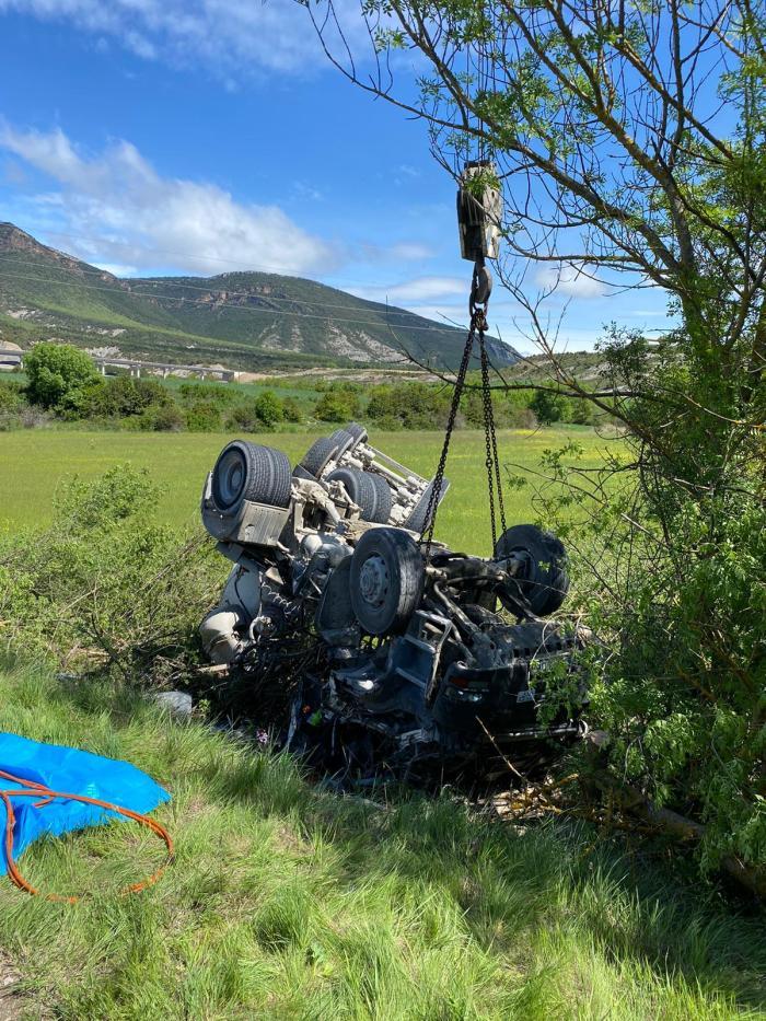 ACCIDENTE. Un camión se sale de la vía cerca de Escó. (FOTO: Servicio Emergencias del Ayuntamiento de Jaca)