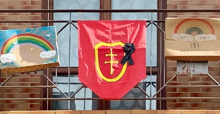 CUBREBALCONES. Un estadarte con un crespón negro en un balcón de Jaca. (FOTO: PP de Jaca)