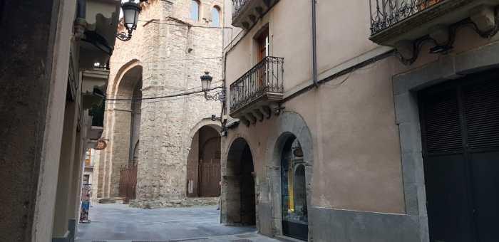 JACA. El Ayuntamiento de Jaca, cuyas calles permanecen desiertas, ha publicado la relación de establecimientos que prestan servicio durante el Estado de Alarma. (FOTO: Rebeca Ruiz)