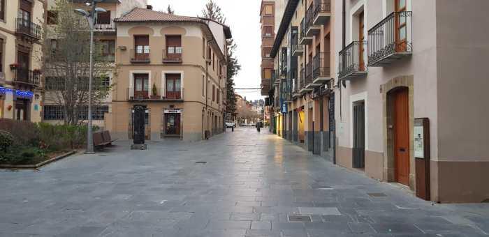CALLES VACÍAS. Los empresarios de Jaca y la Jacetania están sufriendo los efectos de las calles vacías como efecto del coronavirus, una situación que trata de paliar, en lo posible, Acomseja. (FOTO: Rebeca Ruiz)