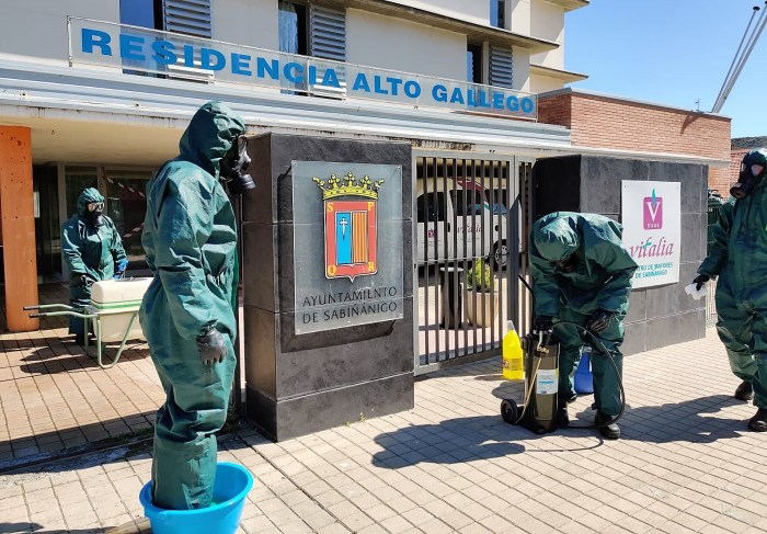 ENEMIGO INVISIBLE. Desinfección en la Residencia Alto Gállego de Sabiñánigo. (FOTO: RICZM Galicia 64)