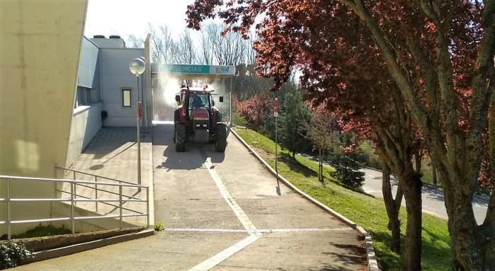 VOLUNTARIOS. Un tractor desinfecta las inmediaciones del Hospital de Jaca. (FOTO: Ayuntamiento de Jaca)