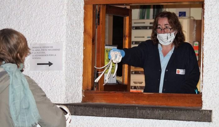 ACCIONES CONTRA EL CORONAVIRUS. Reparto de mascarilllas en el Ayuntamiento de Jaca. (FOTO: Rebeca Ruiz)