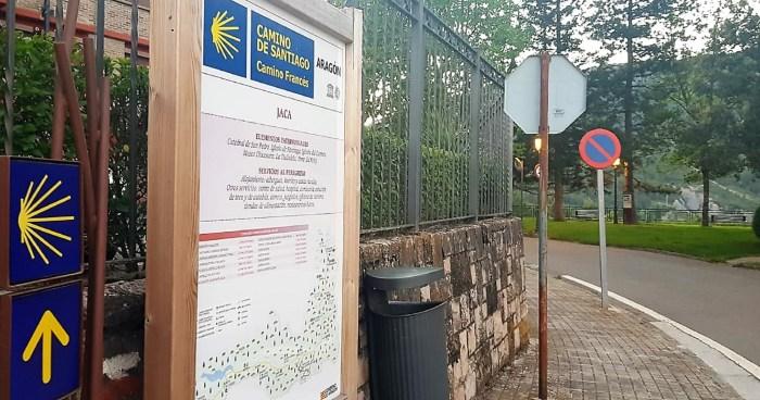 El Gobierno de Aragón prevé invertir más de 100.000 euros en 2021 para reparar, limpiar y señalizar el Camino de Santiago por el Somport. En la imagen, señalización del Camino a su paso por Jaca. (FOTO: Rebeca Ruiz)