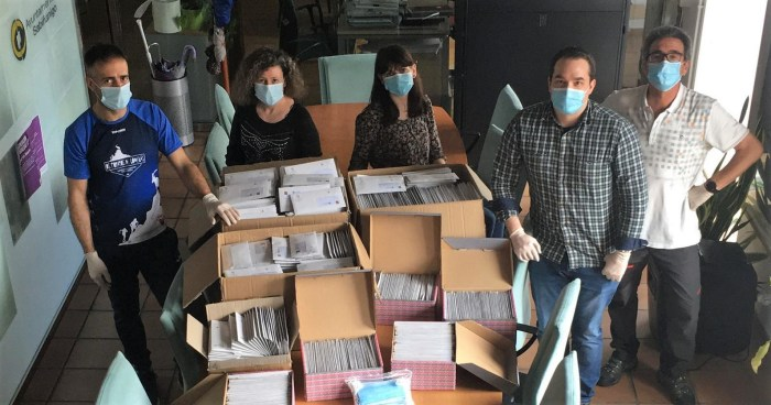 REPARTO. Concejales de Sabiñánigo, preparando la distribución de mascarillas. (FOTO: Ayuntamiento de Sabiñánigo)