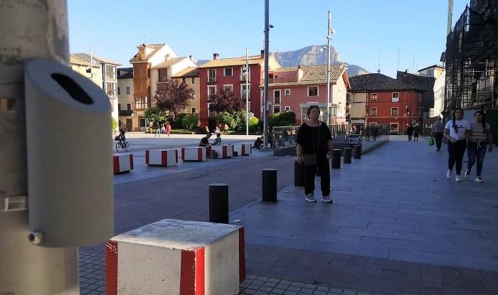 DESINFECCIÓN. El Ayuntamiento está colocando dispensadores gratuitos de gel desinfectante que entrarán en funcionamiento próximamente. (FOTO: Javi del Pueyo)