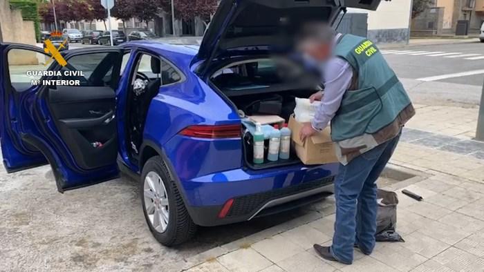 VENTA FRAUDULENTA. El detenido ofrecía el material a farmacias y centros veterinarios. (FOTO: Guardia Civil)