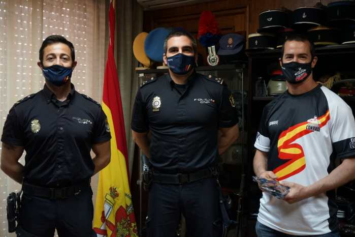 POLICÍA NACIONAL. Conradi hacía entrega de mascarillas a los agentes que entrenan en su club.