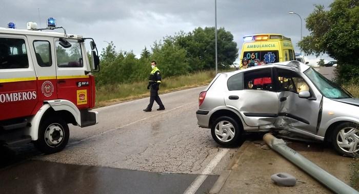 ACCIDENTE. El vehículo chocó contra una farola. (FOTO: Servicio de Emergencias del Ayuntamiento de Jaca)