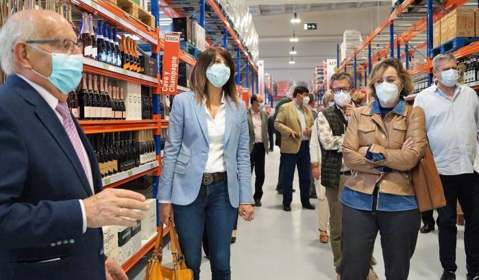 INAUGURACIÓN. Un momento de la inauguración del que será el centro de alimentación más grande del Pirineo, al que han asistido, entre otros, la alcaldesa de Sabiñánigo, Berta Fernández, y la presidenta de Acomseja, Loreto García Abós. (FOTO: Rebeca Ruiz)