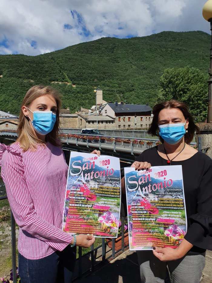 CELEBRACIONES. Andrea Gavín y Nuria Pargada muestran los carteles de las fiestas de San Antonio. (FOTO: Ayuntamiento de Biescas)