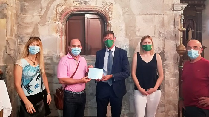 IGLESIA DE SAN MIGUEL. El Ayuntamiento de Castiello ha recibido una donación de Caja Rural de Aragón para la rehabilitación de la hornacina.