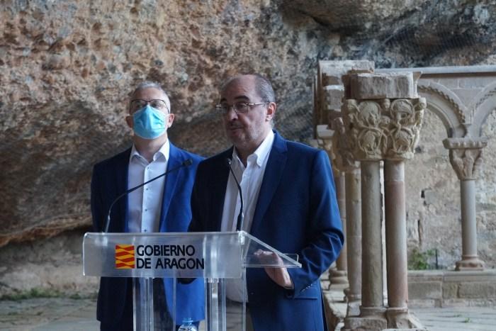 SAN JUAN DE LA PEÑA. El alcalde de Jaca, Juan Manuel Ramón, y el presidente de Aragón, Javier Lambán, durante su intervención. (FOTO: Rebeca Ruiz)