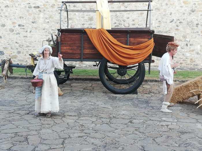 VISITA TEATRALIZADA. Carmen Montoro y Toño L'Hotelerie, en la nueva temporada de La memoria de la piedra. (FOTO: Victorino López)