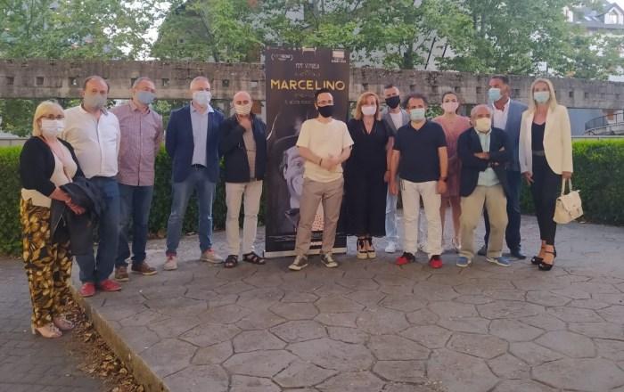 SAN LURE. El equipo de la película, junto a miembros de la Corporación municipal. (FOTO: Rebeca Ruiz)
