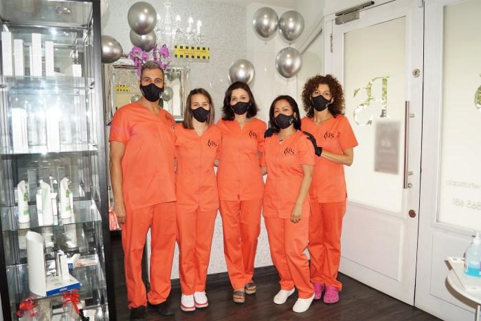 CLÍNICA DE MEDICINA ESTÉTICA. La doctora Patricia de Siqueira, junto a su equipo. Esta semana están de aniversario. (FOTO: Rebeca Ruiz)