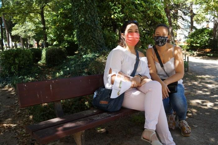 VUELTA AL COLE. Amparo Campos y Alicia González, dos de las representantes de DERPA Aragón. (FOTO: Rebeca Ruiz)