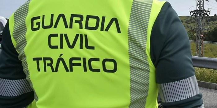 Investigados un hombre de 49 años y su hijo de 21, que conducía sin carné en Jaca. En la imagen, de archivo, un agente de la Guardia Civil de Tráfico. (FOTO: Guardia Civil/Ministerio del Interior)