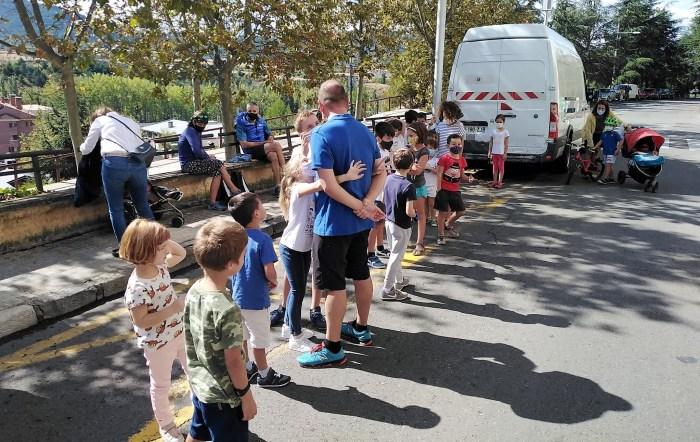 Numerosas familias están siguiendo las actividades programadas en la Semana de la Movilidad de Jaca. Medidas de desinfección en las actividades con los karts. (FOTO: Logic Move)