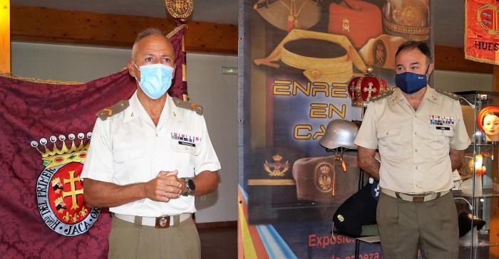 EXPOSICIÓN. El subteniente Presencio y el coronel Rubio, durante la presentación de la muestra de prendas de cabeza. (FOTO: Rebeca Ruiz)