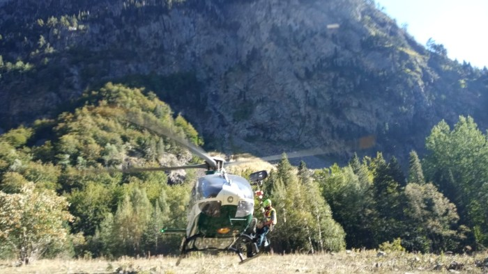 GUARDIA CIVIL. Evacuación al montañero accidentado en Sallent de Gállego. (FOTO: Guardia Civil)