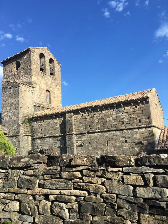 ROMÁNICO. Templo parroquial de Majones.