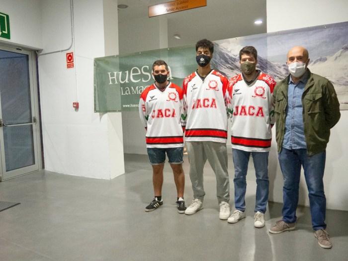 Las últimas incorporaciones al Club Hielo Jaca, junto al presidente, Antonio Betrán. (FOTO: Club Hielo Jaca)