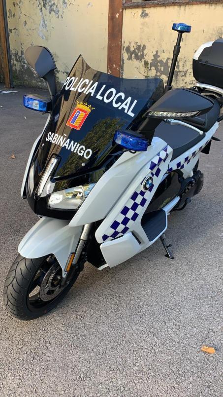 Presentación de la nueva moto de la Policía Local. (FOTO: Policía Local de Sabiñánigo)