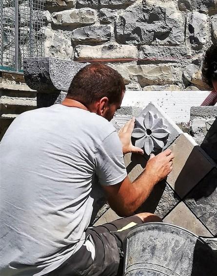 Antonio Lalaguna, colocando las piezas de la Fuente de las Mercedes.