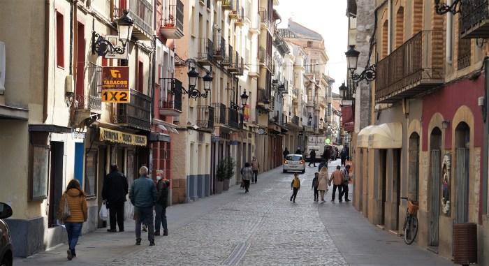 Huesca, Zaragoza y Teruel, confinadas. En la imagen, la Calle Mayor de Jaca, este lunes. (FOTO: Rebeca Ruiz)