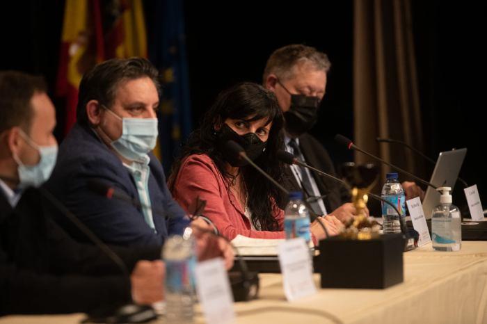 Rebeca Ruiz, directora de Jacetania Express, junto a periodistas valencianos, dio su visión sobre el tratamiento de los medios aragoneses al Santo Grial. (FOTO: Kike Taberner)