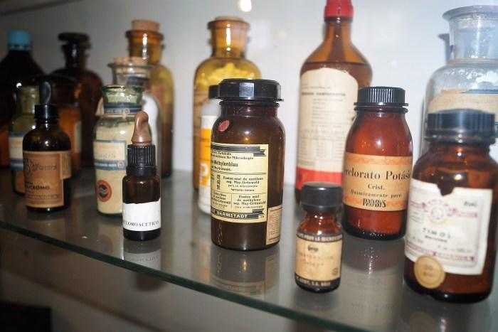 Farmacia militar en el Museo de la EMMOE. (FOTO: Rebeca Ruiz)